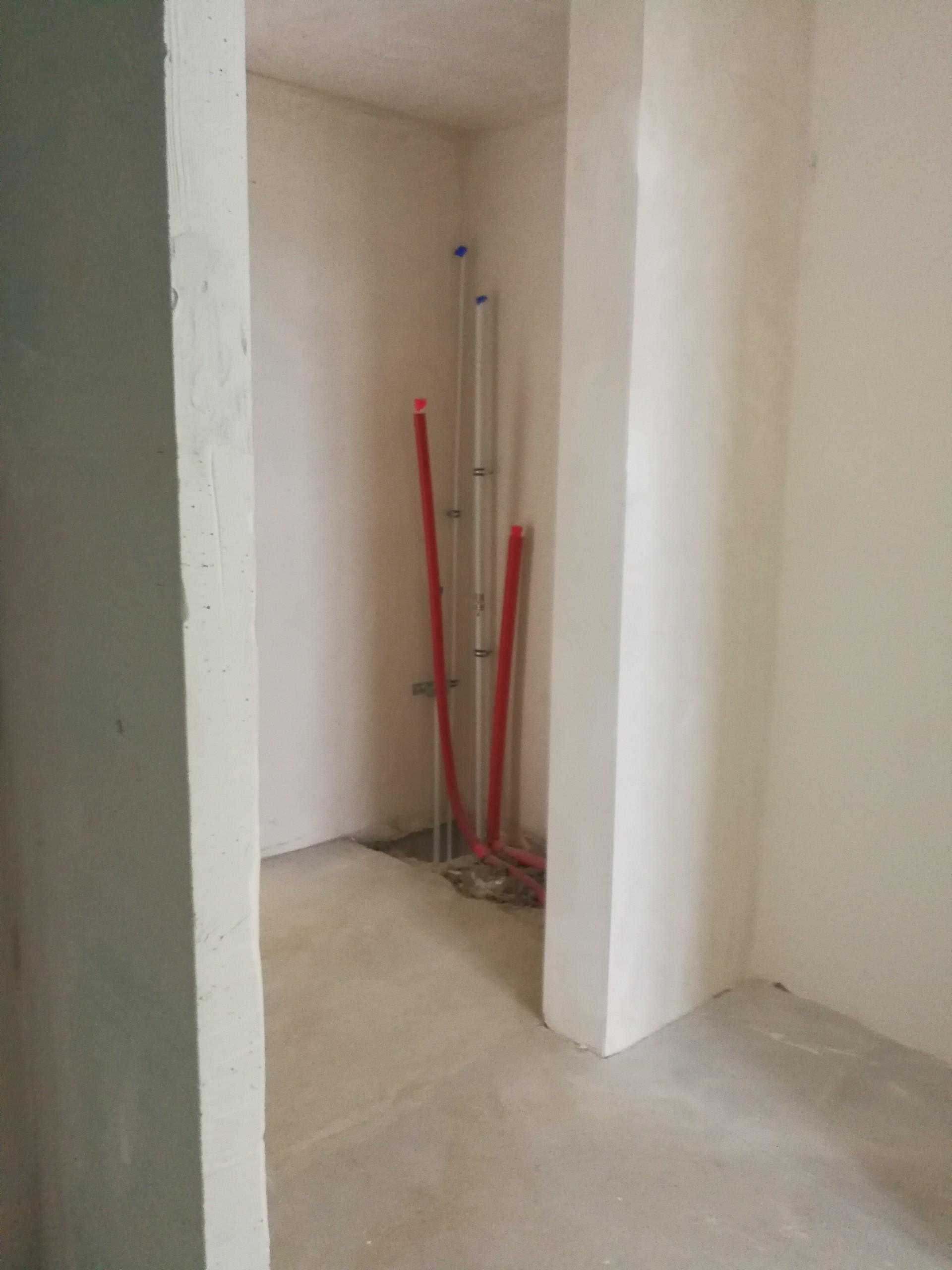 https://ddprojekt.pl/wp-content/uploads/2020/03/pion-w-korytarzu-tam-gdzie-ma-byc-szafa-bedzie-zabudowany.jpg